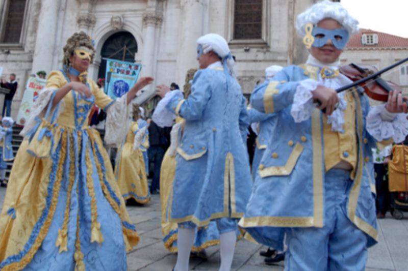 Valcer pod maskama na Stradunu uz nastup Gradske glazbe dubrovnik i karnevalskog benda