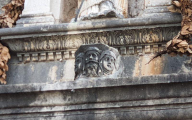 Les têtes en pierre